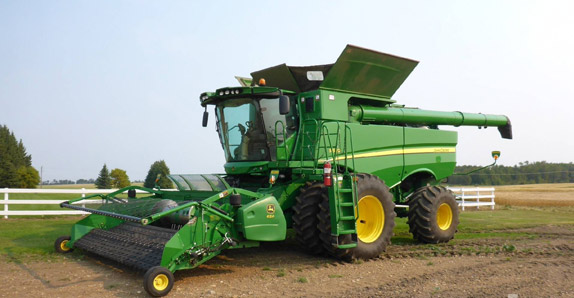 2013 John Deere S680 combine selling at Ritchie Bros. auctions